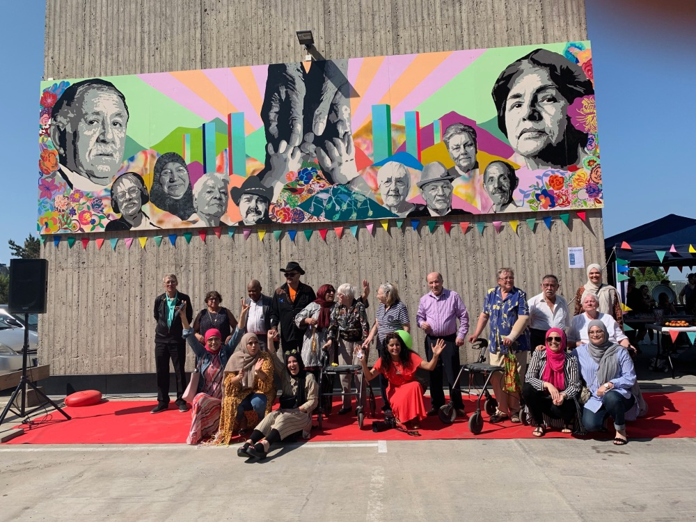 konstnärerna framför Seniorernas konst.jpg