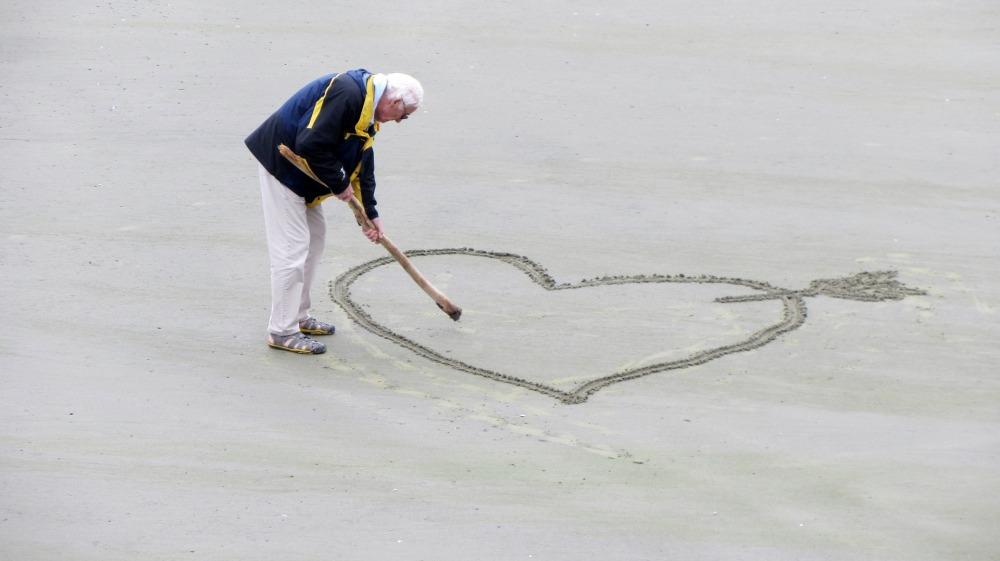 gammal man hjärta i sanden pixabay