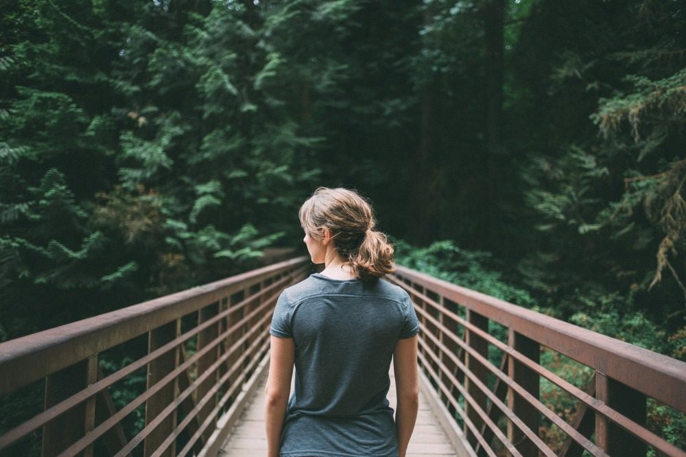 kvinna på bro pixabay